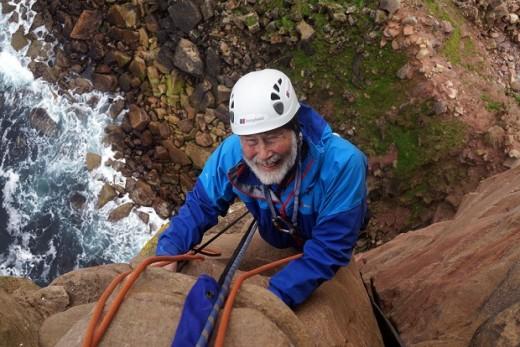 Sir Christopher Bonington podczas wspinaczki na turnię The Old Man of Hoy. Wspinając się tego dnia Chris uczcił swoje 80. urodziny (fot. Chris Bonington Picture Library)