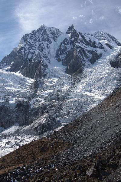 Wschodnia ściana San Lian, wierzchołki 6368, 6668 i 6684 m , masyw Minya Konka (fot.  Rafał Zając)